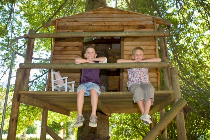 Kids Tree House spring diy projects: how to build a treehouse that the kids will
